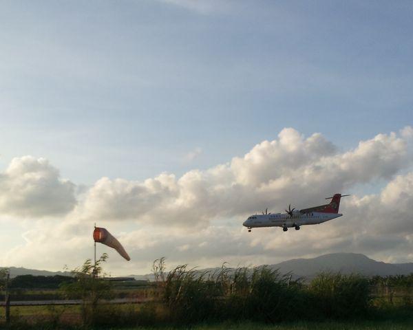 石垣島の空港は滑走路と道路が近いです。