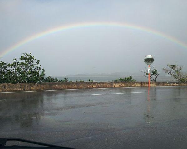 石垣島西海岸沿いのドライブコースで虹