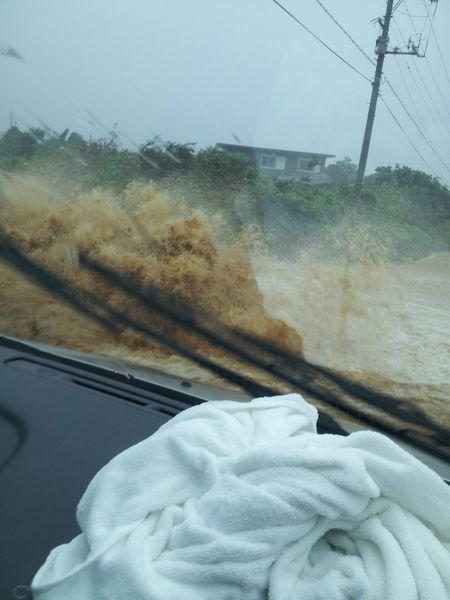 ゲリラ豪雨。溝から水が山のようにあふれだしています。