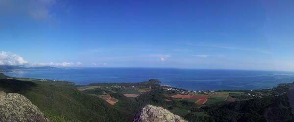 山頂からの景色。青い海と青い空。どこまでも続いています。