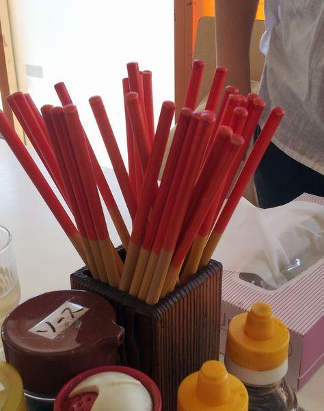 沖縄のお箸は二色カラーです。