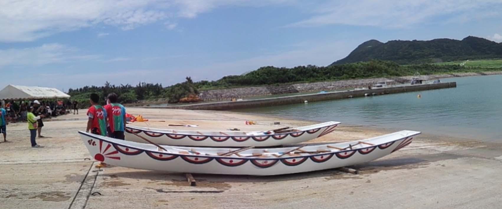 サバニーは10人で漕ぐ昔ながらの舟です。