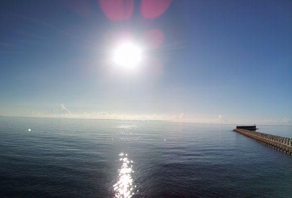 のっぺりした水面。波がありません!絶好のシュノーケル日和です