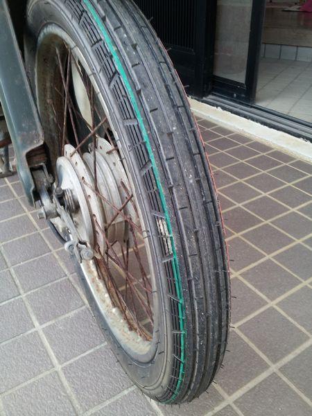 タイヤからひげがぴんぴんはみ出ています