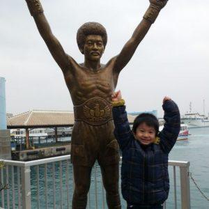 新しい観光スポットに!具志堅用高ブロンズ像!離島ターミナルに登場です!