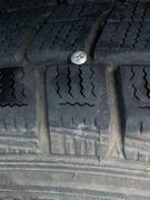 タイヤにネジが刺さってます。