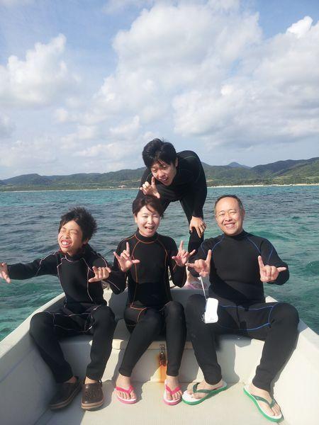 H田さんご家族です。はい、シーサー!でシャッターです(笑)