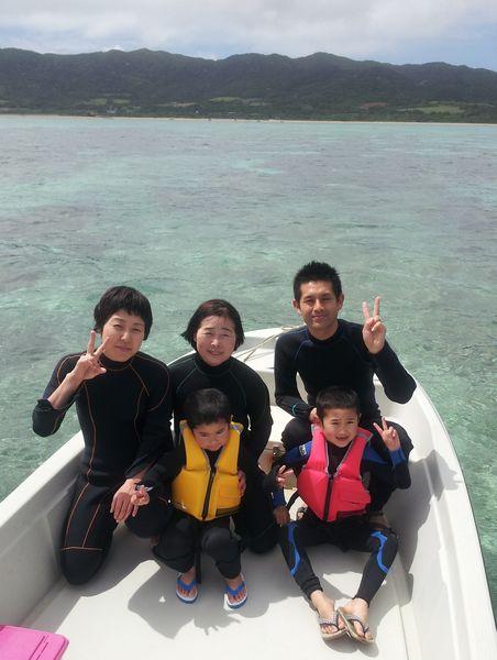 N西さんご家族です。穏やかな海をシュノーケルです