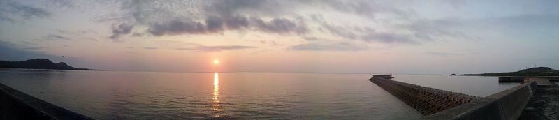 いい感じの色合いの朝日です