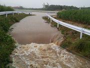 ゲリラ豪雨です!水があふれています。