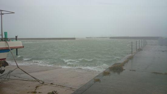 港では、すぐそこまで波がっ!
