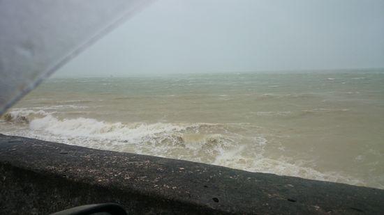目の前ビーチには大波が!
