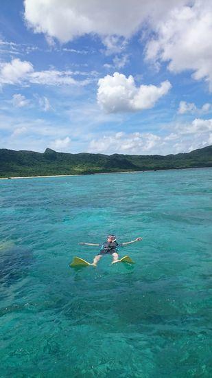 仰向けで空おと海を楽しんでいます