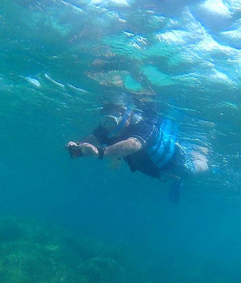 水中カメラを構えるお父さん