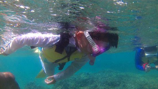 コハルちゃん、海を楽しんでいます。