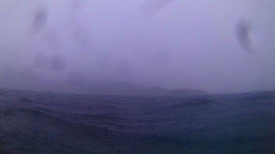 雨の中、シュノーケリングポイントに向けて移動中