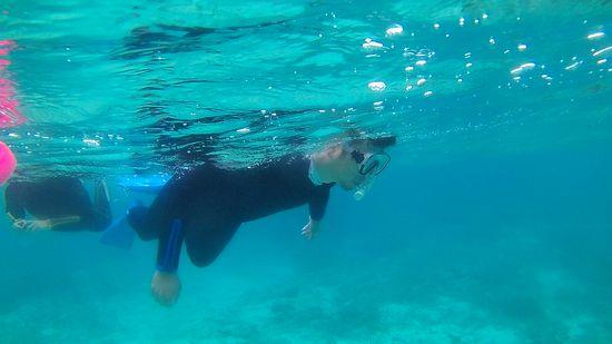 お父さんは終始、余裕の泳ぎです。