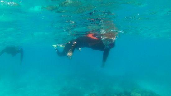 波酔いでも泳ぐお母さん