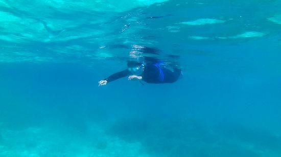 お父さんも水中世界を楽しんでいます。
