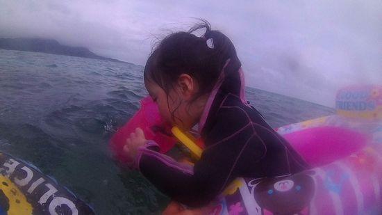 リオナちゃん、水中世界に没頭です。
