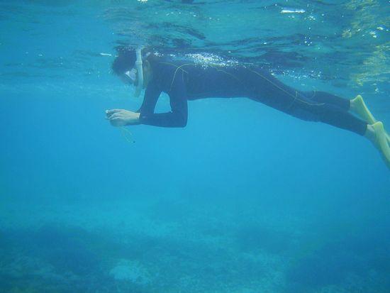 水中写真を楽しむお母さん