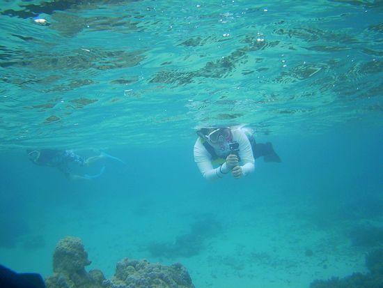 水中撮影を楽しむお母さん。