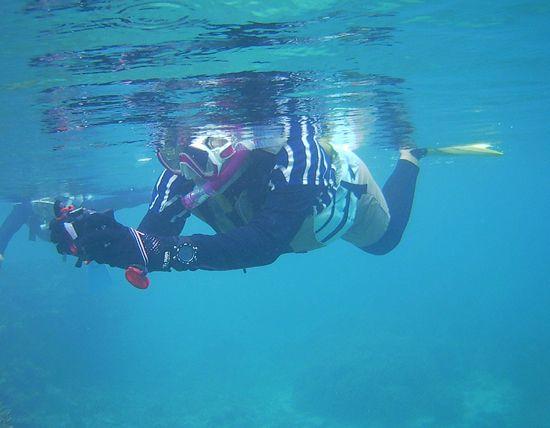 水中写真を楽しむ奥さん