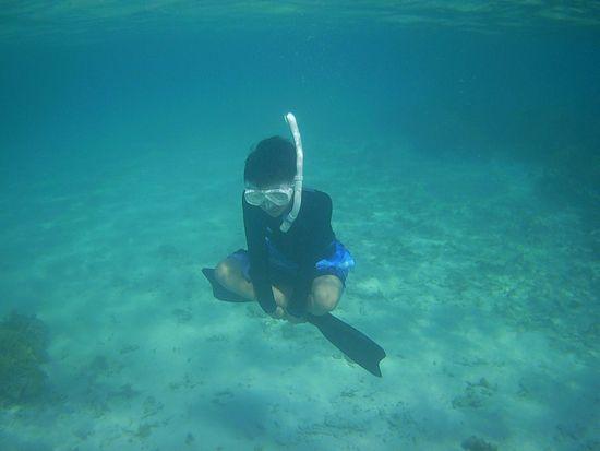 水中で座禅を組むお兄ちゃん