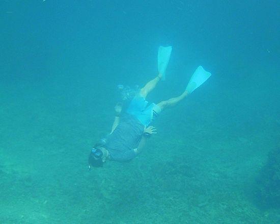 旦那さんは水中であおむけです