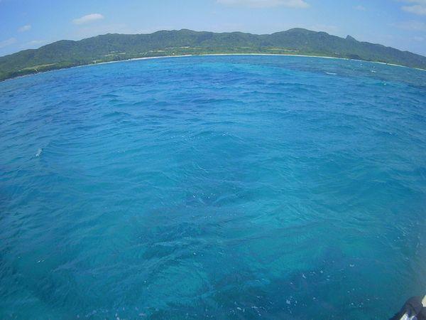 綺麗なエメラルドグリーンの海です