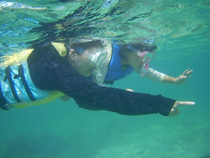 お母さんと泳ぐリコちゃん