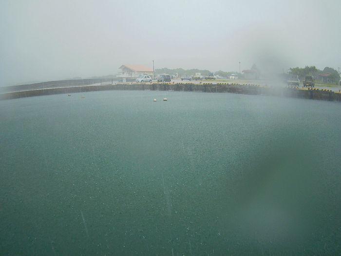 出港時は大雨