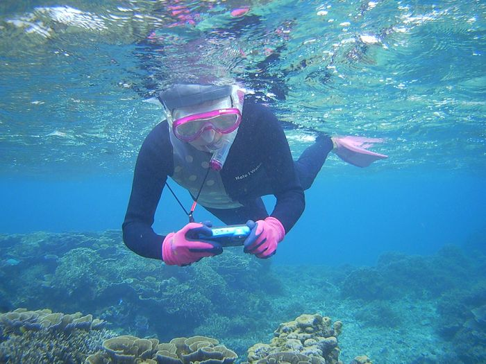 水中撮影を楽しむ奥さん