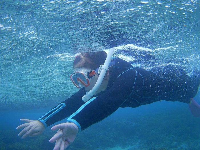 おばあちゃん、余裕の泳ぎです