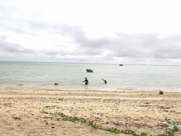 子供達、ビーチでシュノーケル