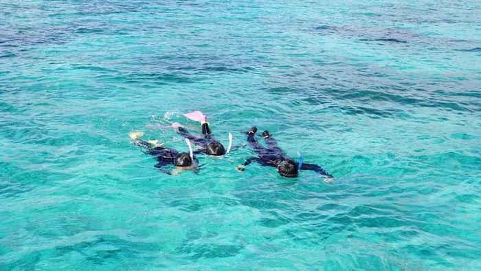 透明度抜群の海をシュノーケリング