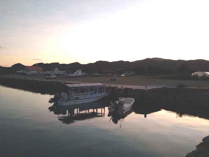 山に沈んでいく夕日
