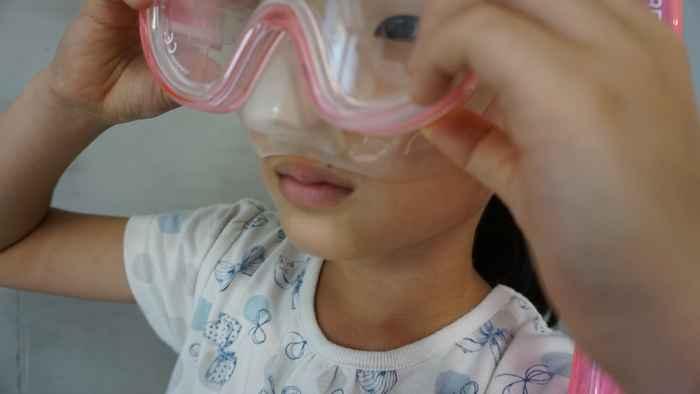 鼻を隠すように前面のガラスを下ろす