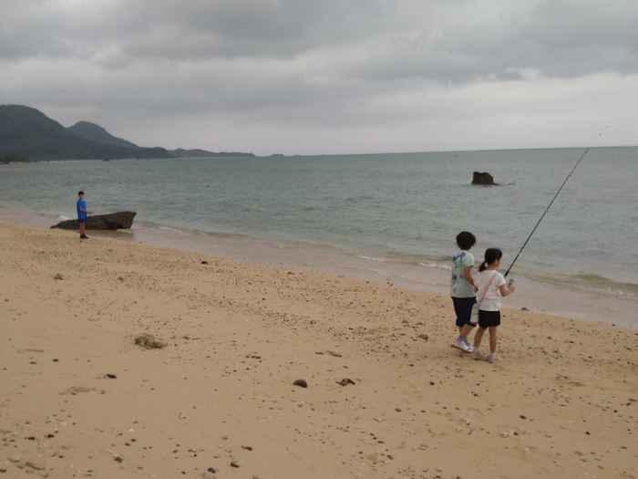 ビーチでイカ釣り