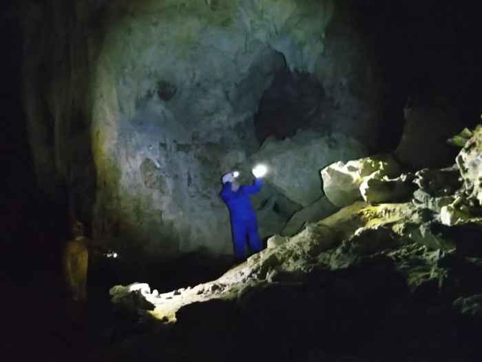 鍾乳石をじっくり観察