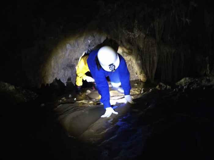 かがんでくぐる洞窟