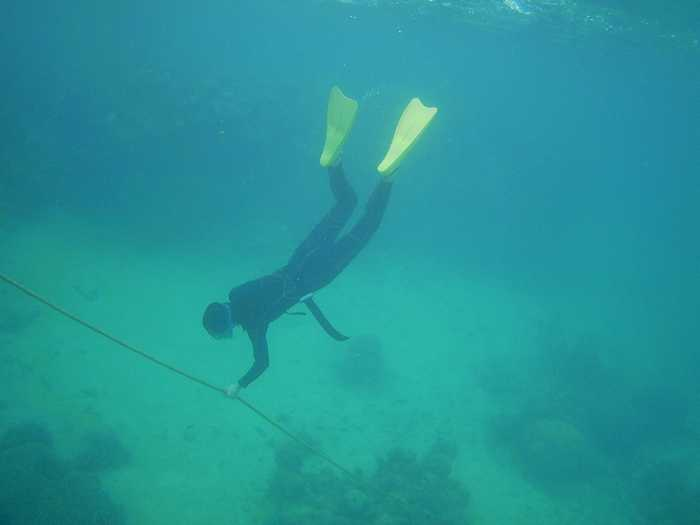 ロープを使って素潜り練習