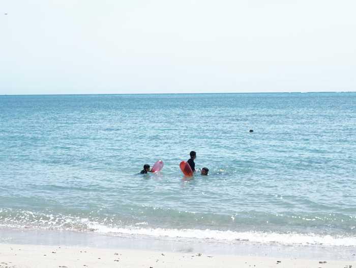 ビーチで海遊び