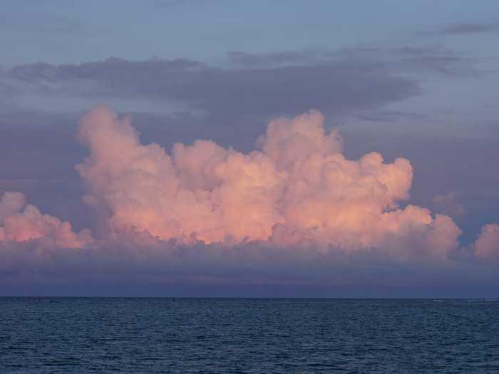 夕暮れ時の夏雲