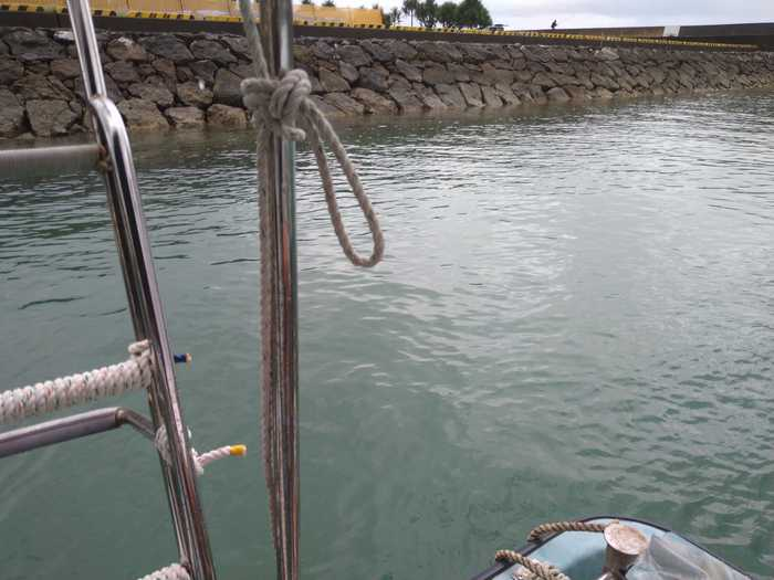 港にボートを止めると