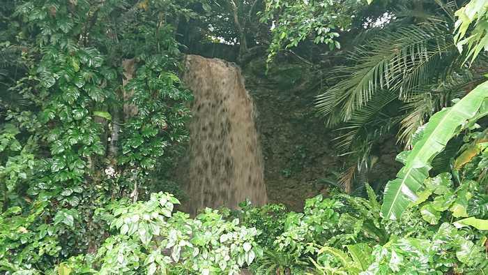 大雨の時だけできる滝