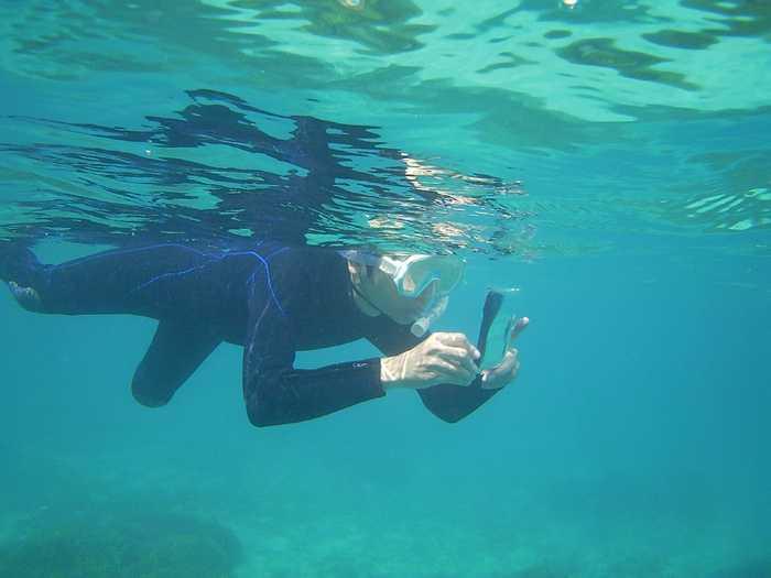 水中撮影しているお父さん
