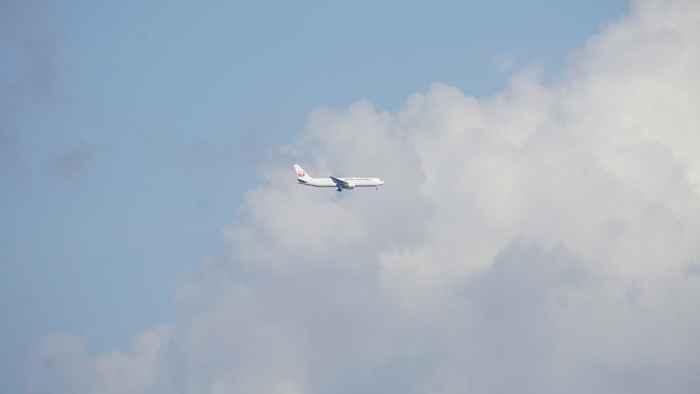 優雅に飛ぶ飛行機