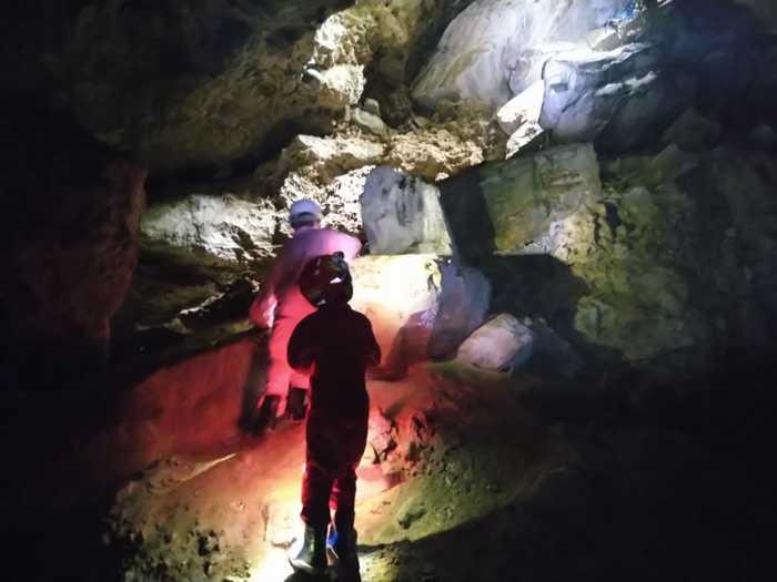 真っ暗闇の中突き進む洞窟探検