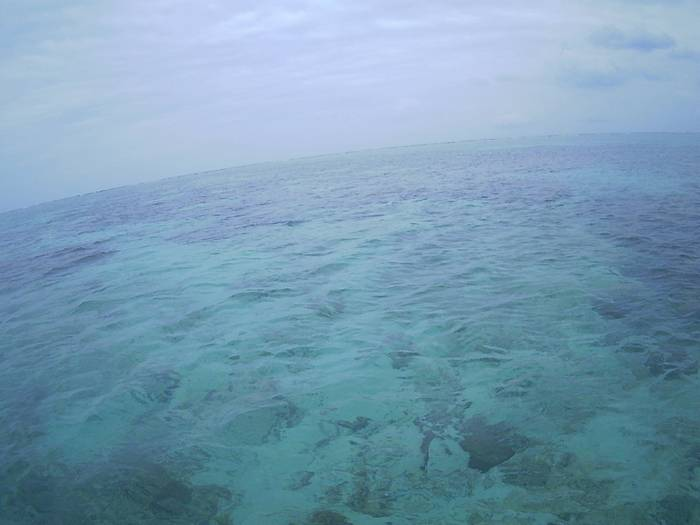 天気は雲でも穏やかな海ですう